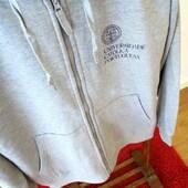 """NEW at #onlineshopucp to snuggle these cold days! 🛋 🏠  👉 the classic gray zip hoodie with the printed Catholic University of Portugal brand. Made of 320 grs fabric with an inside carded finish which gives it a very soft texture. An extremely comfortable, versatile and warm garment! ❤️ Find it in the """"Textile"""" articles 👉 link in the bio.   - - - - - - - - - - - NOVO na #lojaonlineucp para aconchegar estes dias frios! 🛋 🏠  👉 o clássico casaco cinza com capuz com a marca Universidade Católica Portuguesa impressa. Tecido de 320 gr com acabamento cardado no interior o que lhe confere uma textura muito macia. Uma peça extremamente confortável, versátil e quente! ❤️ Encontra-a nos artigos """"Têxtil"""" 👉link na bio."""